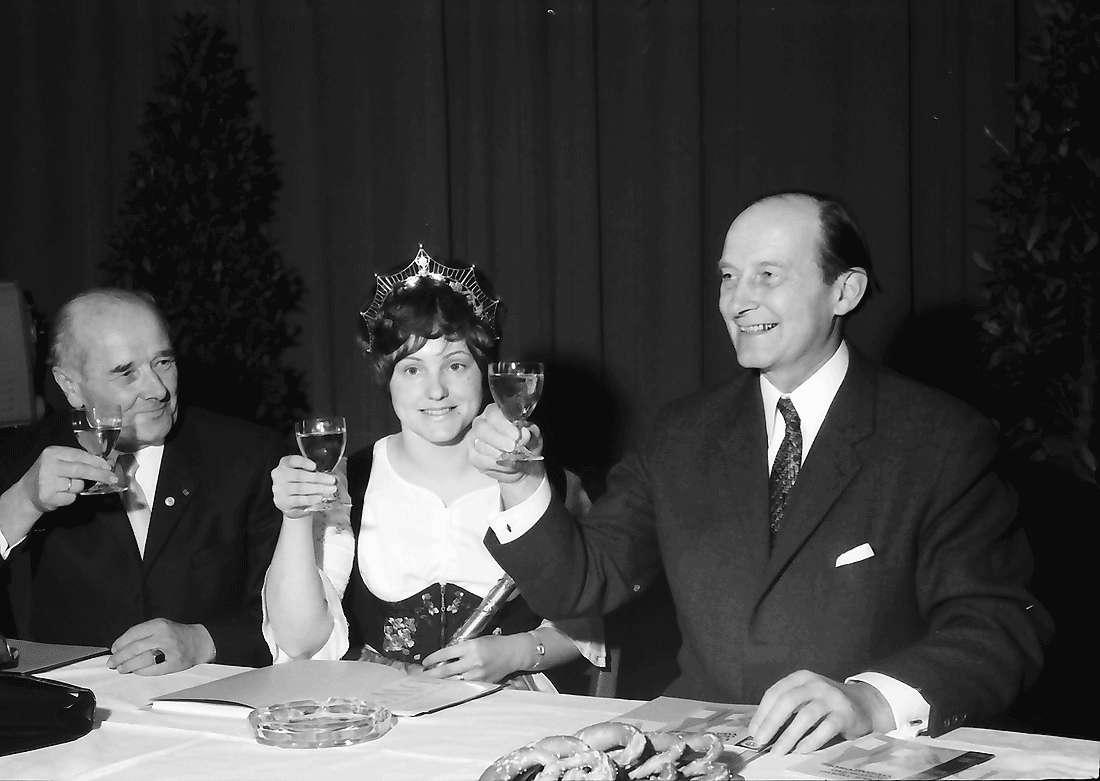 Offenburg: Oberrheinhalle; Präsident Klaus, Badische Weinkönigin Gerda Moser, Ministerpräsident Filbinger, Bild 1