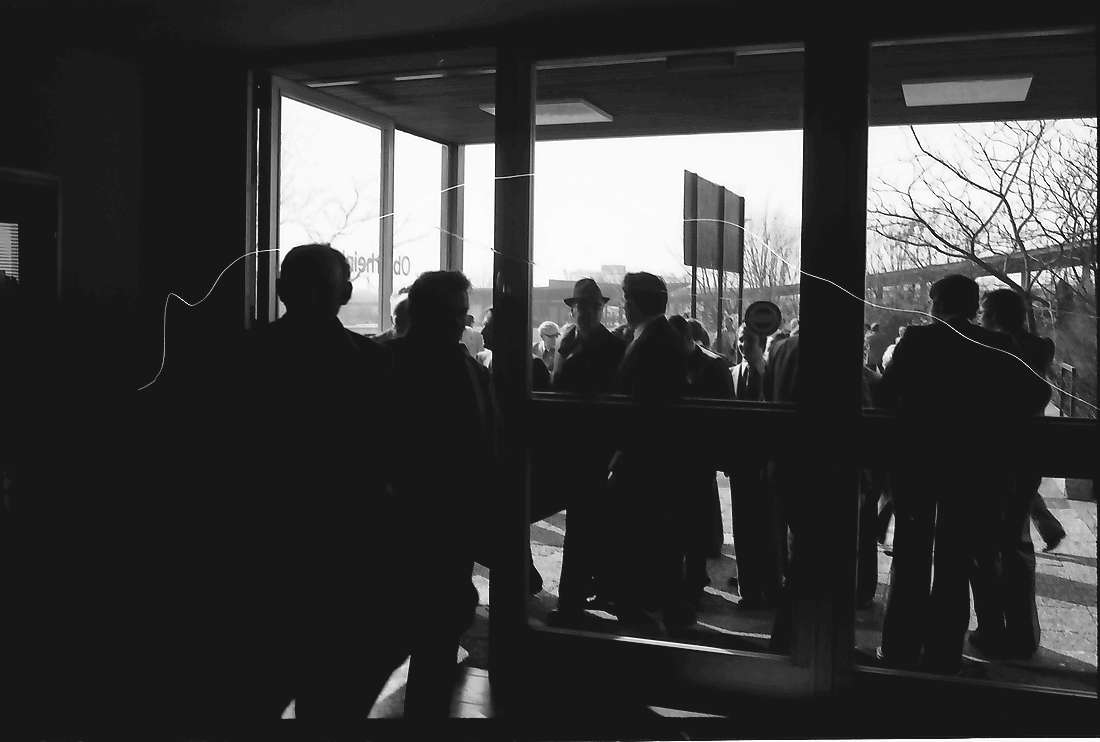 Offenburg: Versammlungsteilnehmer vor der Oberrheinhalle; von innen, Bild 1