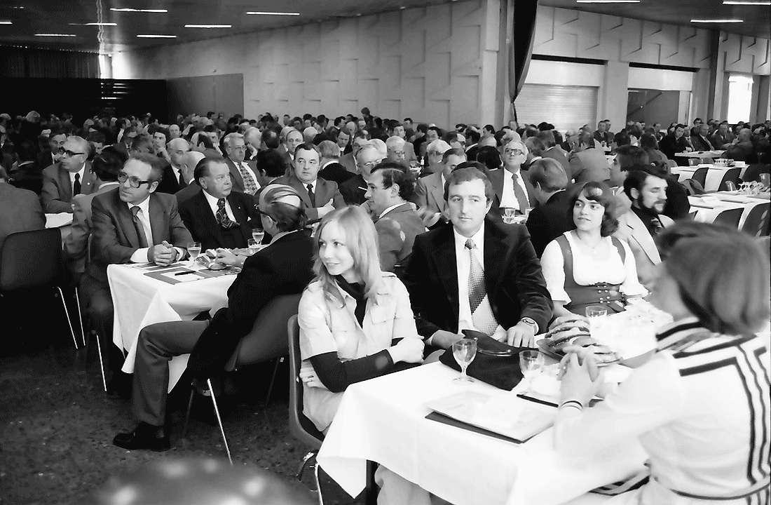 Offenburg: Teilnehmer an Tischen, Bild 1