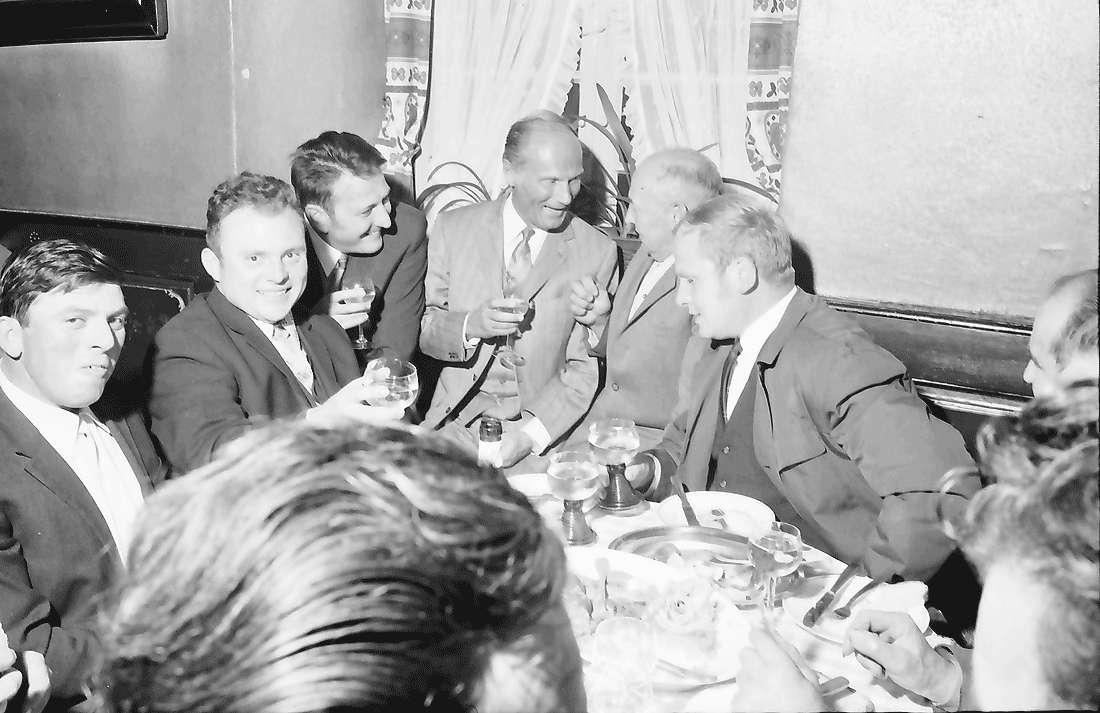 Opfingen: Gasthaus zur Traube; Oberbürgermeister Keidel und und Bürgermeister Höfflin im Kreise von Opfinger Bürgern, Bild 1