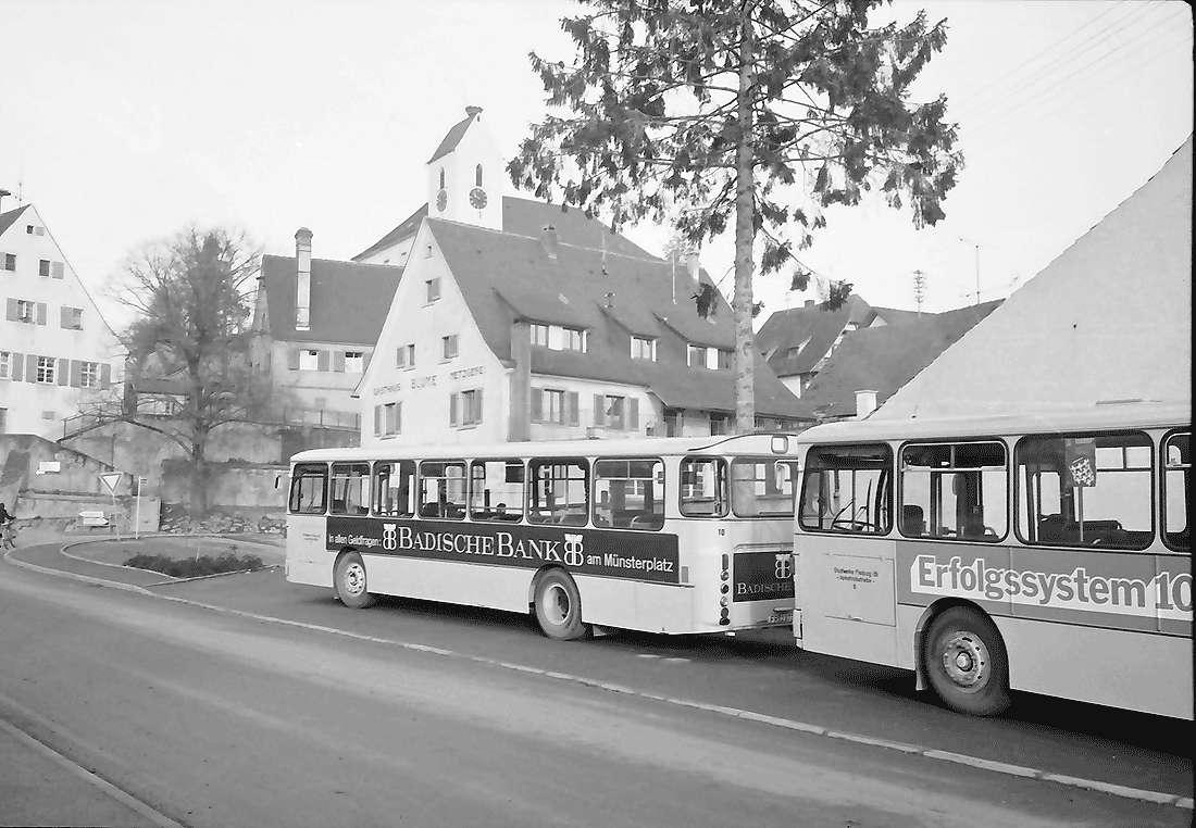 Opfingen: Städtische Busse an der Haltestelle, Bild 1