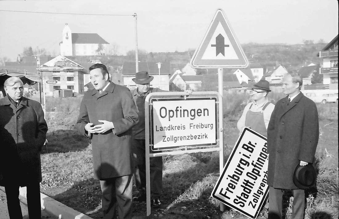 Opfingen: Akt des Schilderwechsels; mit Oberbürgermeister, Bild 1