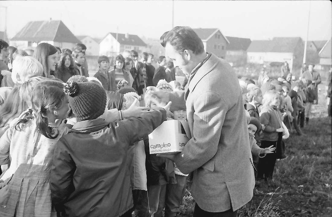 Opfingen: Kinder erhalten Bonbons, Bild 1