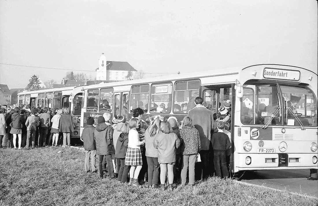 Opfingen: Kinder steigen in Busse, Bild 1