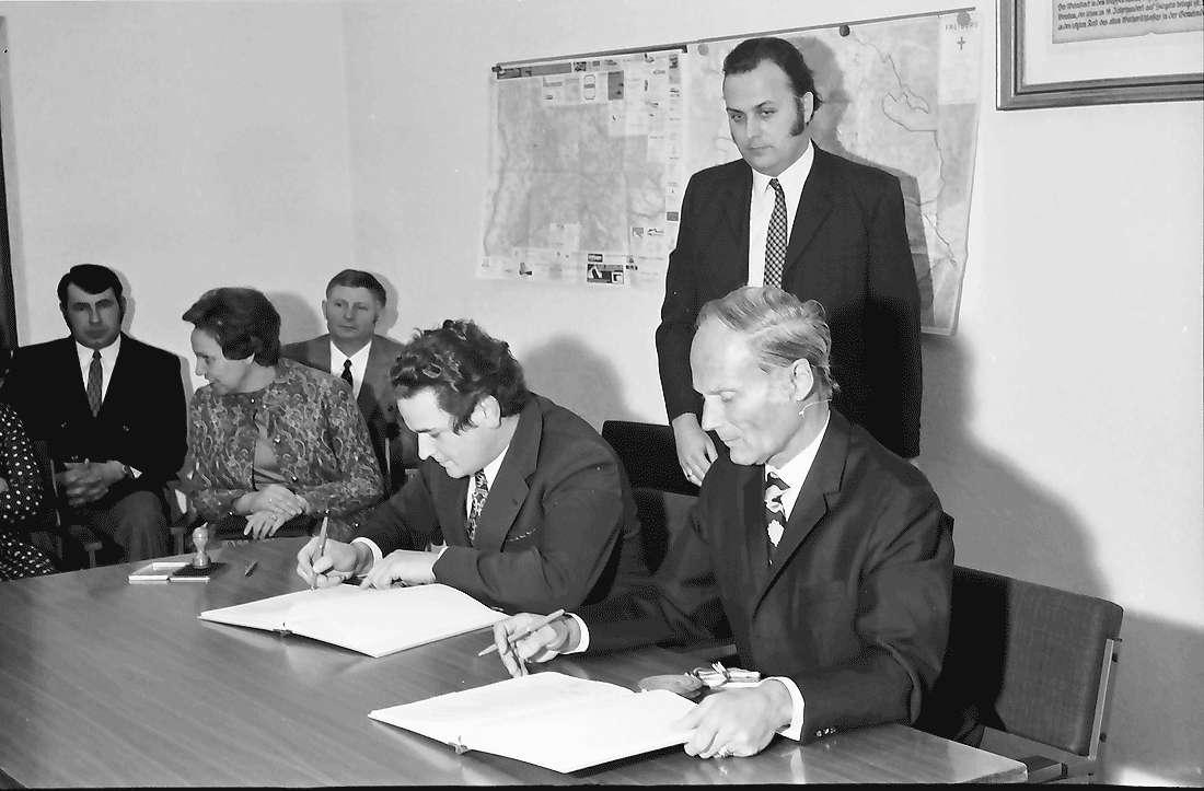 Munzingen: Oberbürgermeister Keidel und Bürgermeister Baumann bei der Unterzeichnung, Bild 1