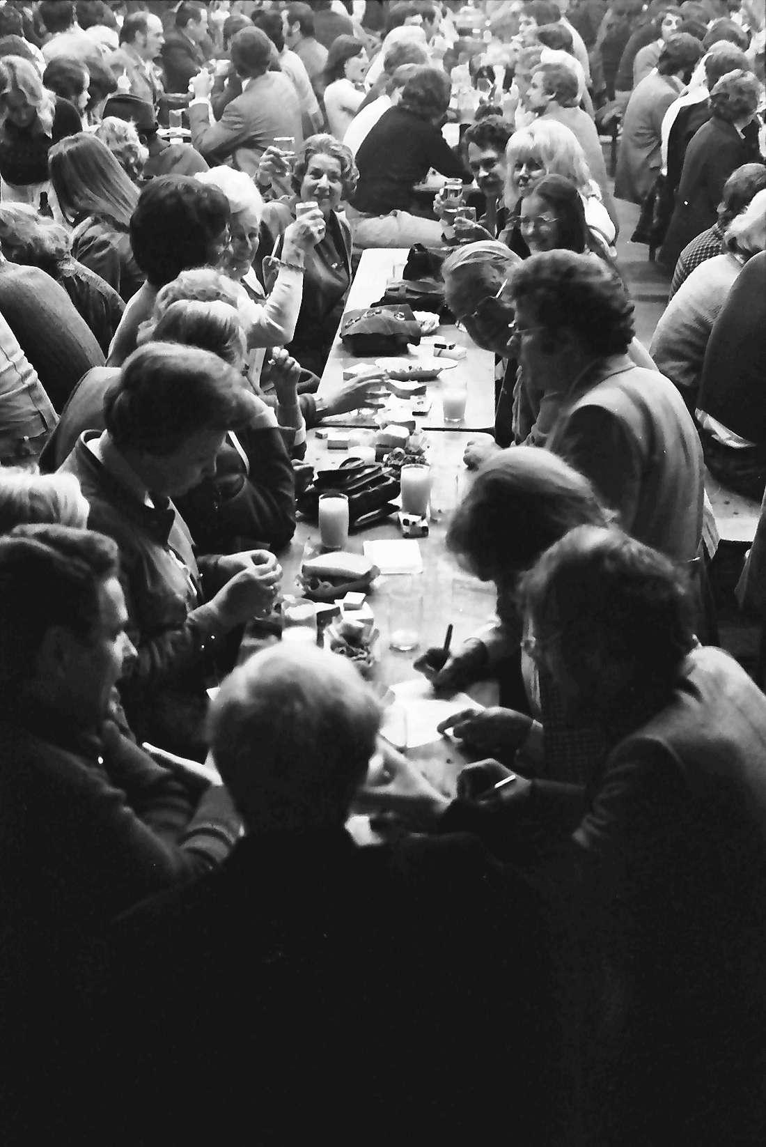 Munzingen: Dreschschopf; Gruppen an Tischen; mit Journalisten, Bild 1