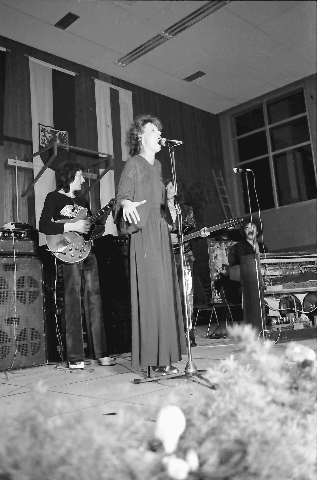 Hochdorf: Mooswaldhalle; bunter Abend; Su Cramer; Sängerin, Bild 1