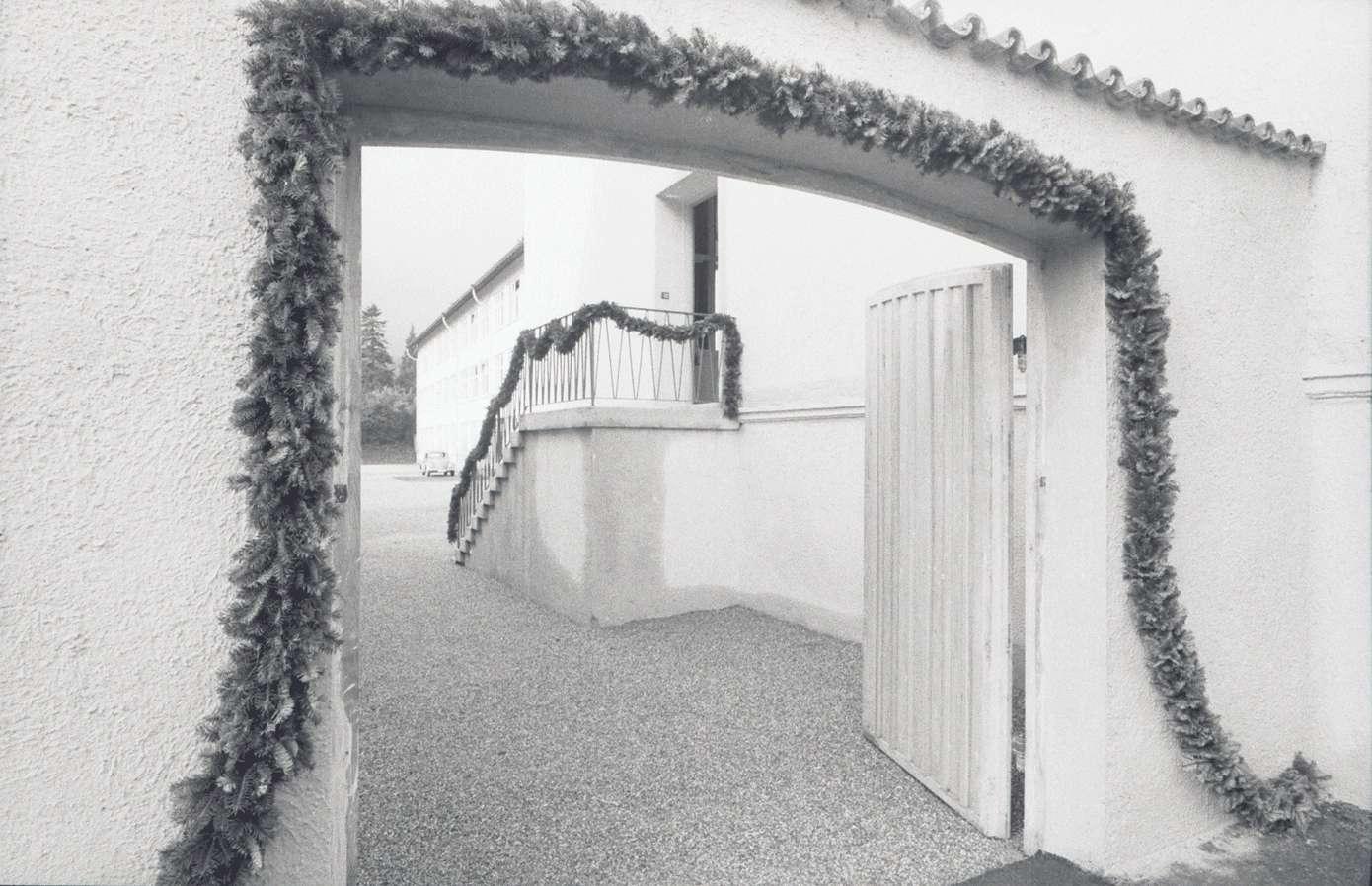 Gernsbach: 1. Papiermacherschule in der Gewerbeschule; Blick durch Tor in den Hof, Bild 1
