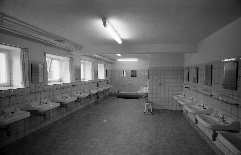 Gernsbach: 1. Papiermacherschule in der Gewerbeschule; Internat für Papiermacher Anlernlinge, Waschraum, Bild 1