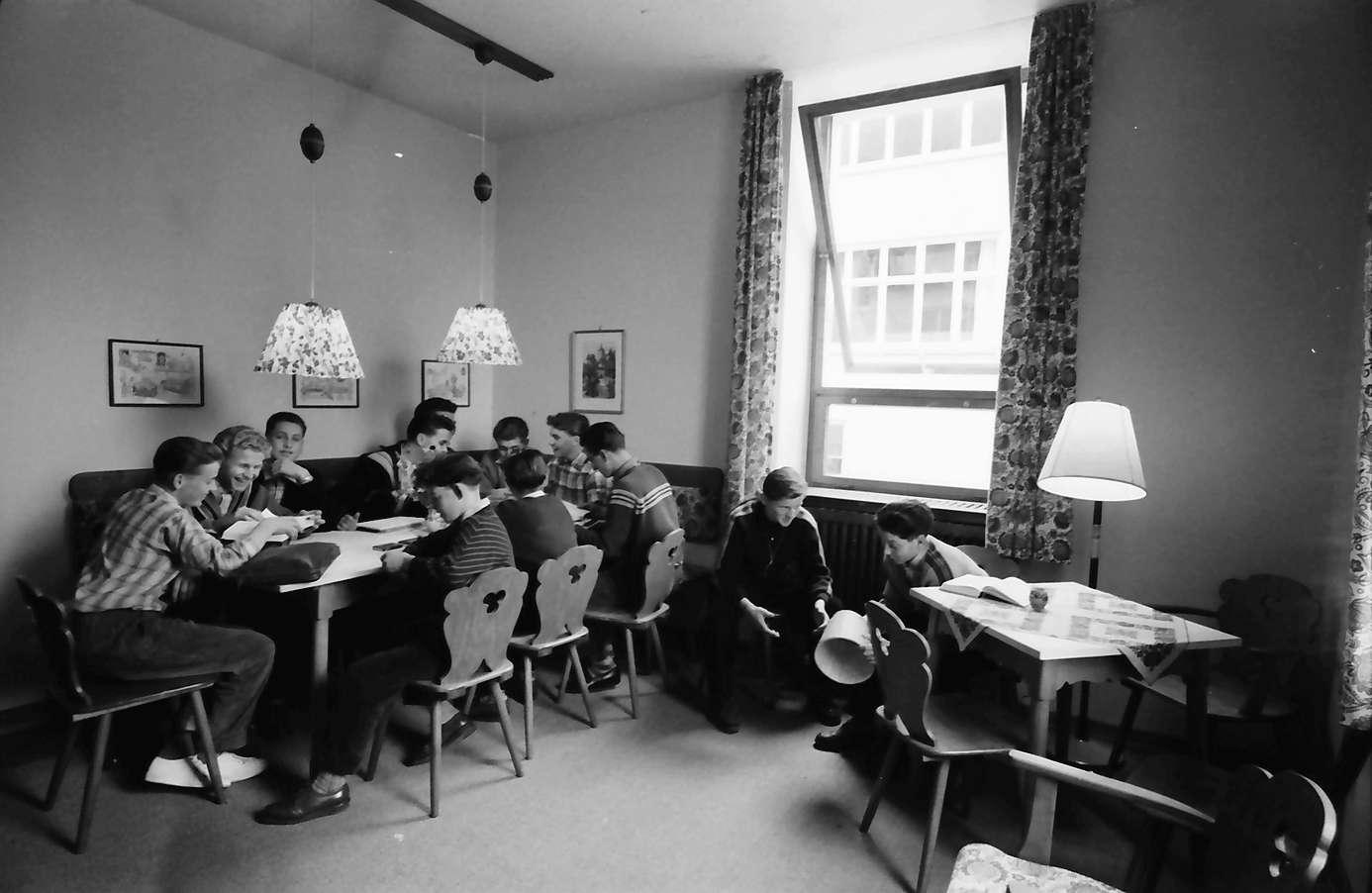Gernsbach: 1. Papiermacherschule in der Gewerbeschule; Internat für Papiermacher Anlernlinge, Aufenthaltsraum mit Schüler, Bild 1