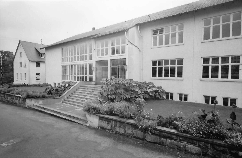 Gernsbach: 1. Papiermacherschule in der Gewerbeschule; Außenansicht (Portalseite) der Schule, Bild 1