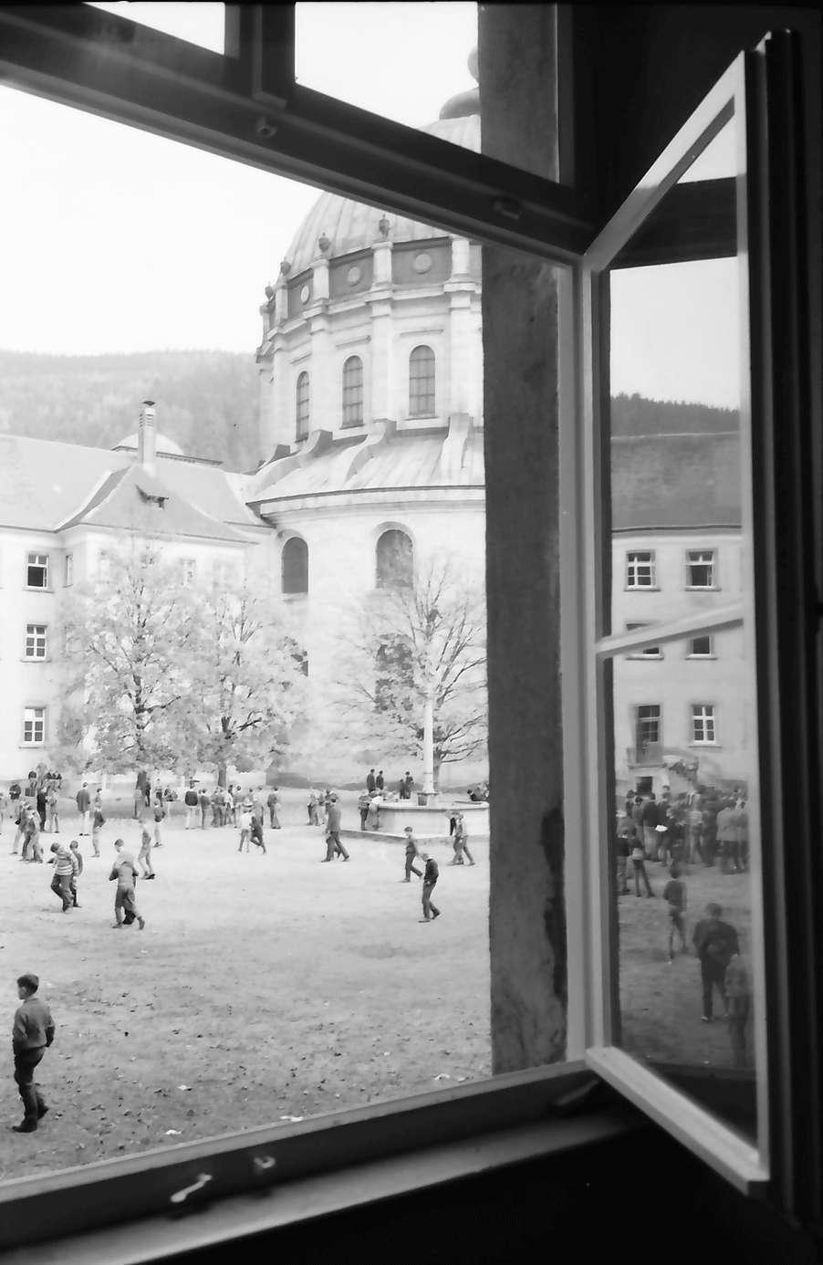 St. Blasien: Ausblick aus Kollegfenster auf Schulhof und Kuppel, Bild 1
