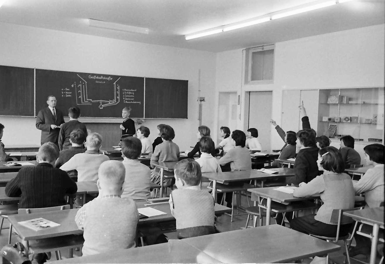 Freiburg; Littenweiler: Volksschule; Zeichenunterricht, Klasse von unten mit Oberlehrer Petruseck, Bild 1