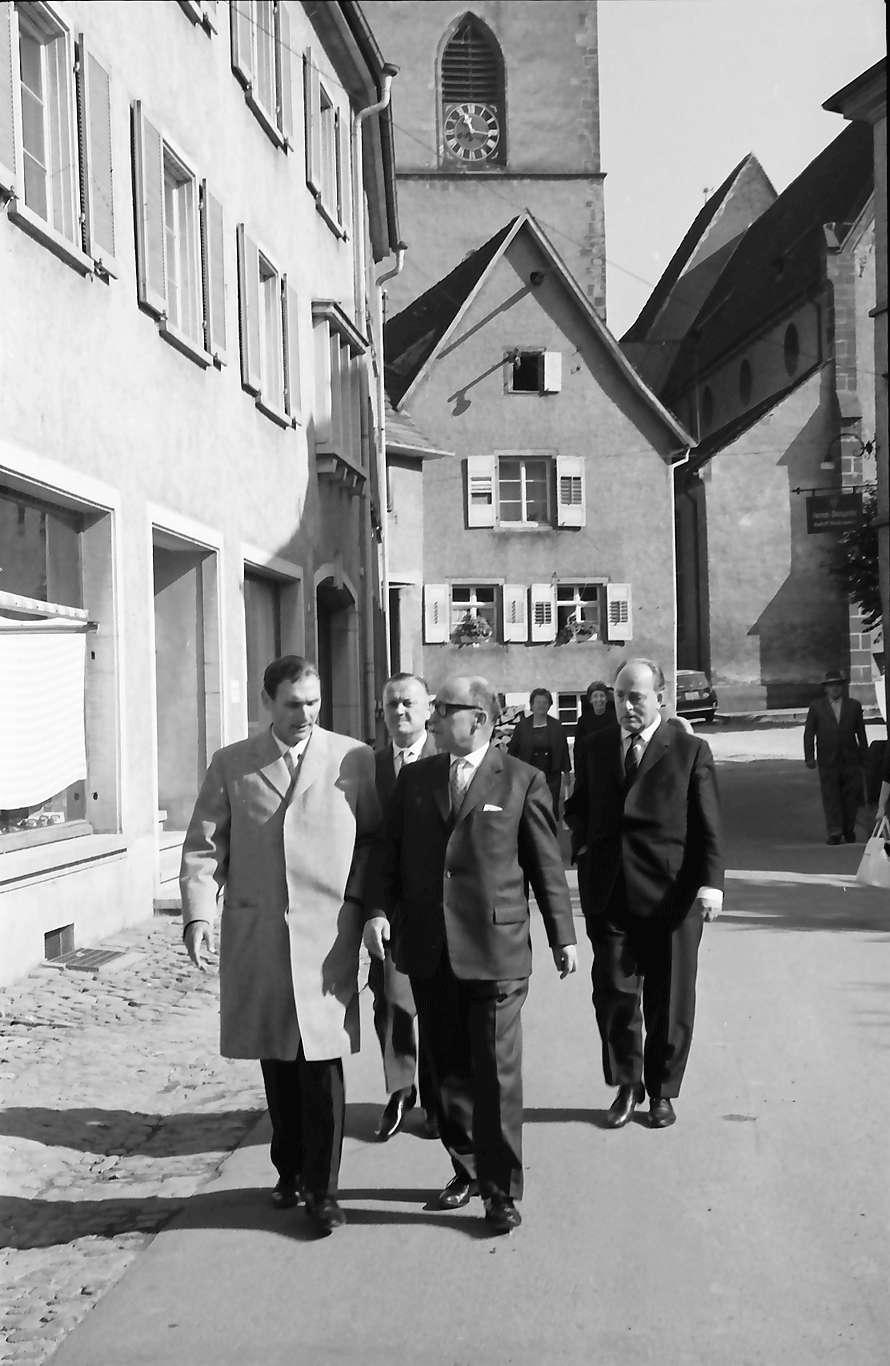 Staufen: Bürgermeister, Wirtschaftsminister Dr. Leuze auf dem Weg zum Rathaus, Bild 1