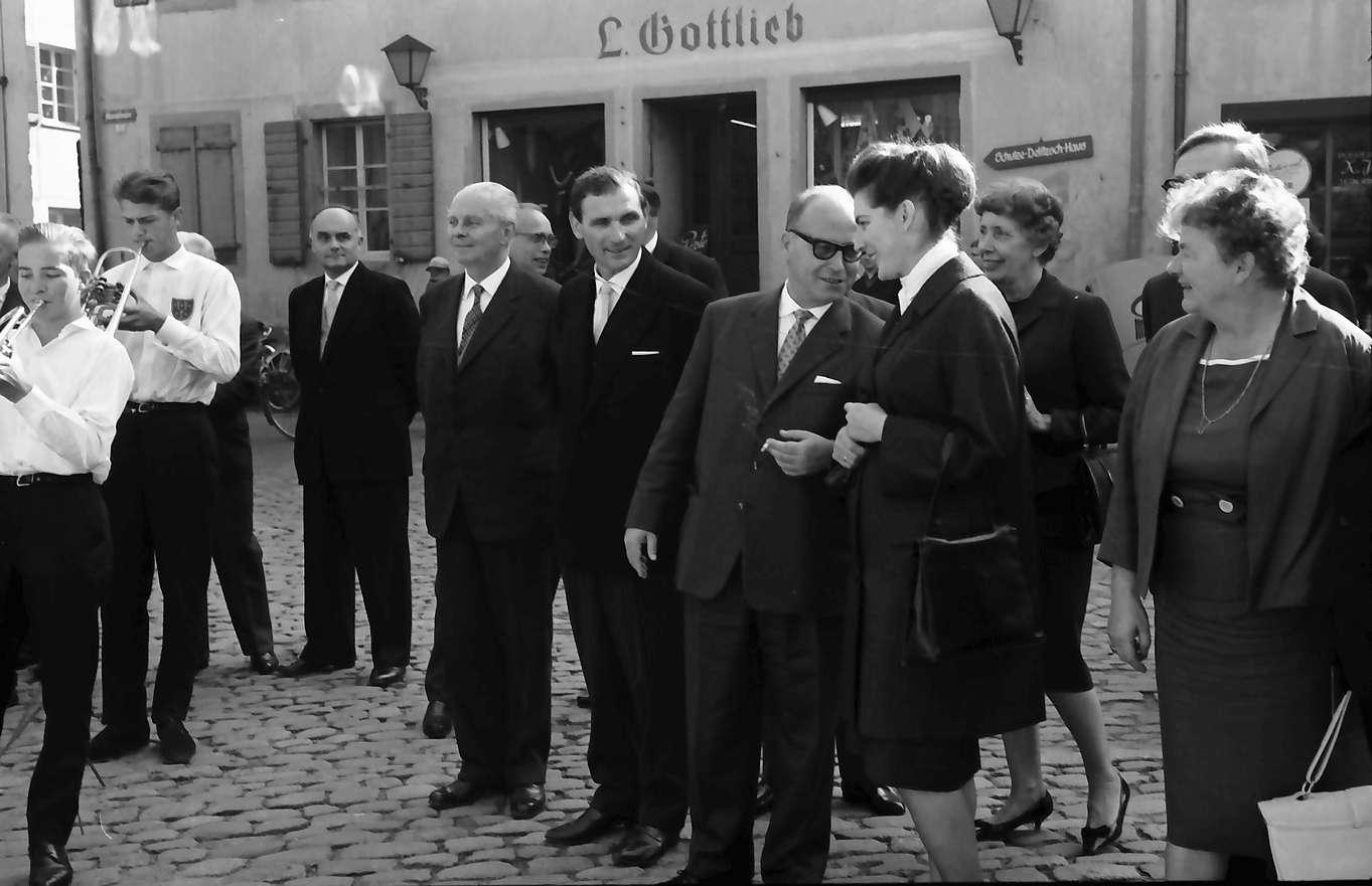 Staufen: Minister Dr. Leuze vor dem Rathaus, Bild 1