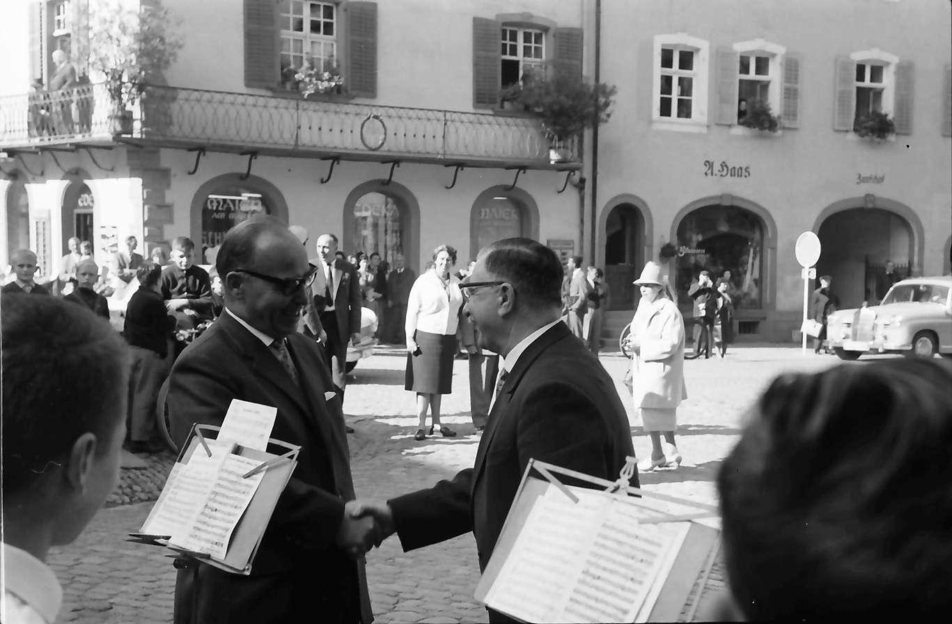 Staufen: Minister Leuze begrüßt Leiter des Knabenorchesters, Bild 1
