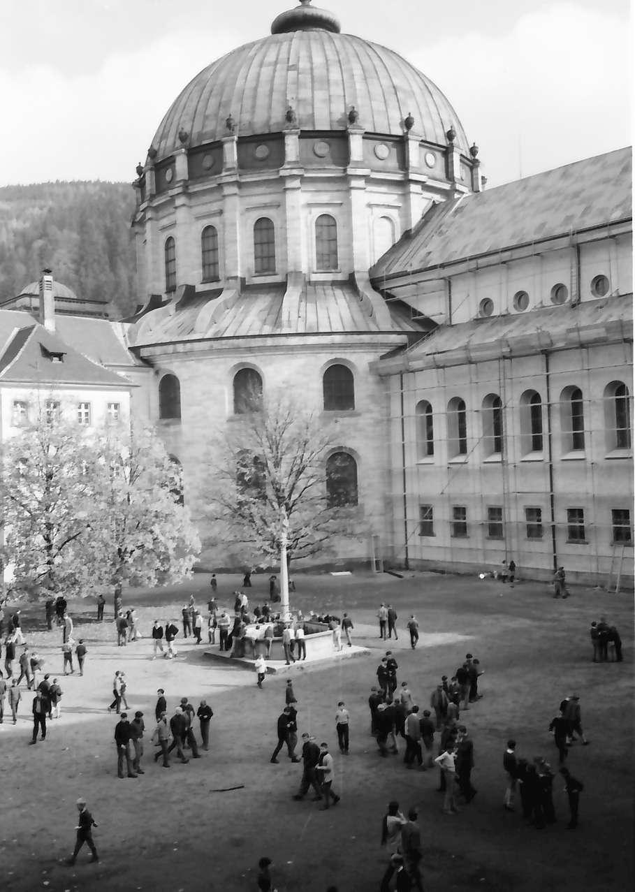 St. Blasien: Schulhof während der Pause, Bild 1