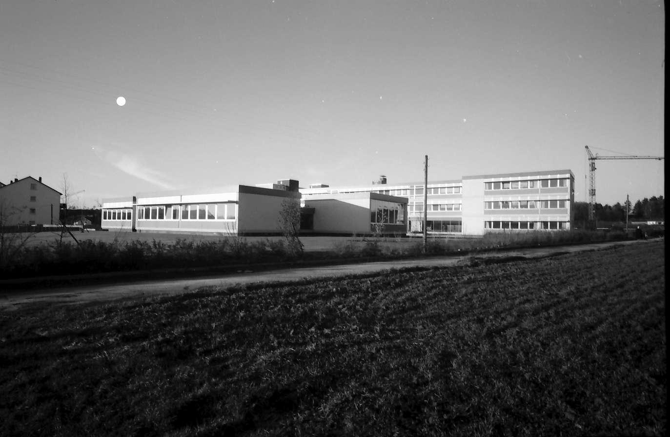 Denzlingen: Schule, Gesamtansicht von Süden, Vordergrund Acker, Bild 1