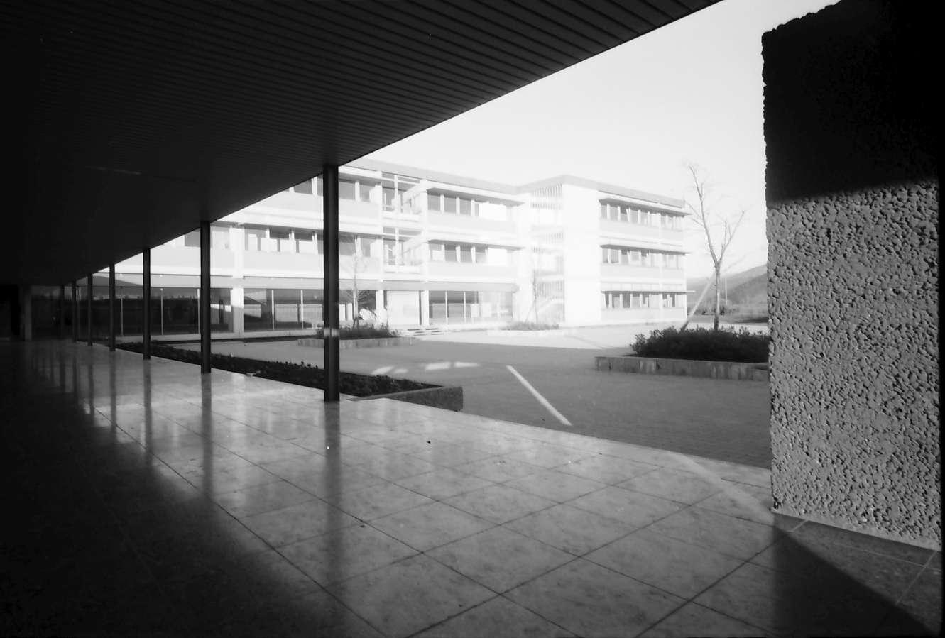 Denzlingen: Schule, Hofansicht mit gedecktem Gang, Bild 1