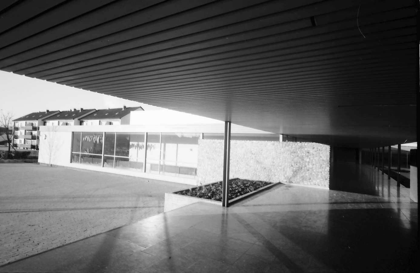 Denzlingen: Schule, Eingangseite von innen mit gedecktem Gang, Bild 1