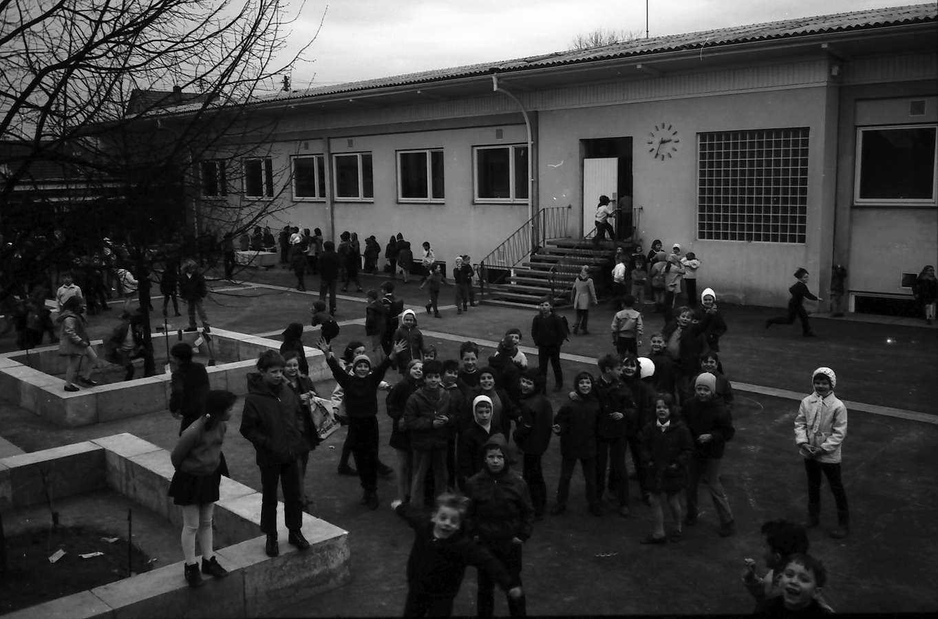 Denzlingen: Grundschule; Pause im Schulhof, Bild 1