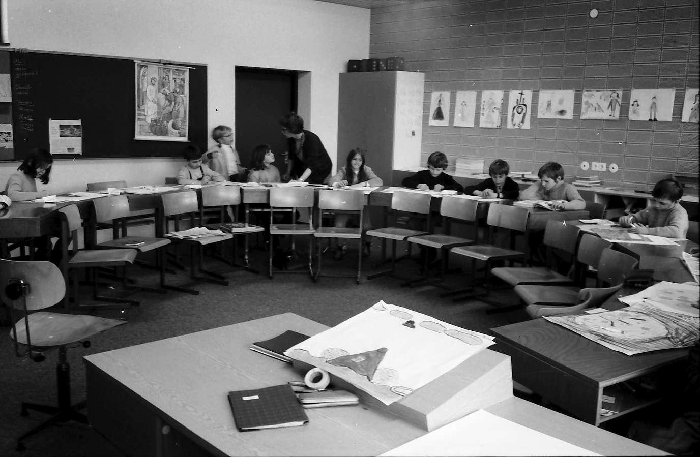 Stegen: Gehörlosenklasse beim Malunterricht, Bild 1