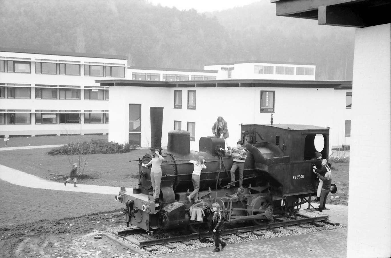Stegen: Alte Lokomotive im Hof mit Kindern, Bild 1
