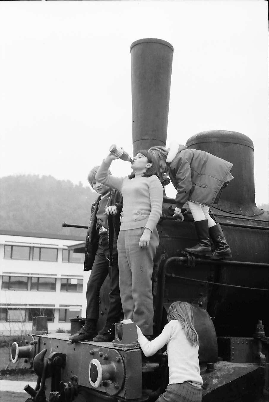 Stegen: Alte Lokomotive im Hof mit Kindern, von unten, Bild 1