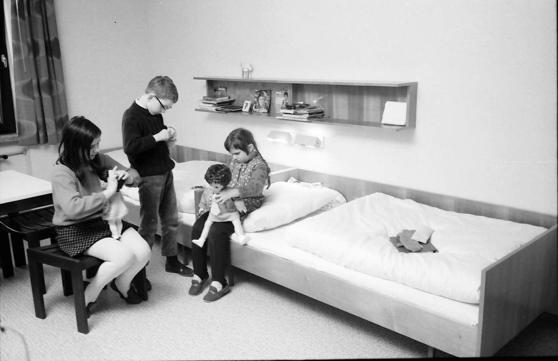 Stegen: Kinder im Schlafraum, Bild 1