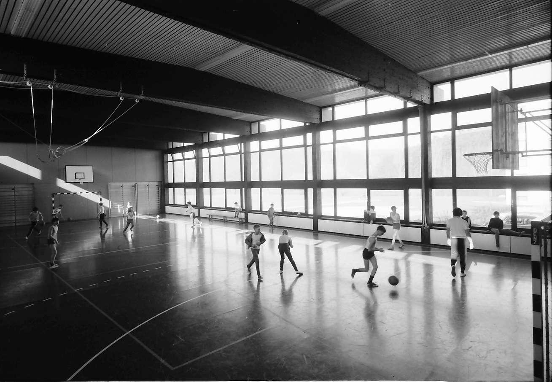 Stegen: Sporthalle mit ballspielender Klasse, Bild 1