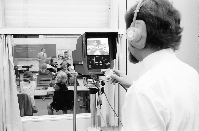 Freiburg; Littenweiler: Pädagogische Hochschule; Schulklasse im Fernsehraum mit Kamera, Bild 1