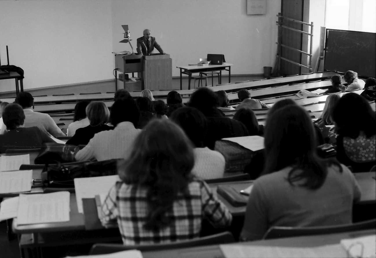 Freiburg; Littenweiler: Pädagogische Hochschule; großer Hörsaal, Studenten mit Prof. Heinelt, Vorlesung, Bild 1
