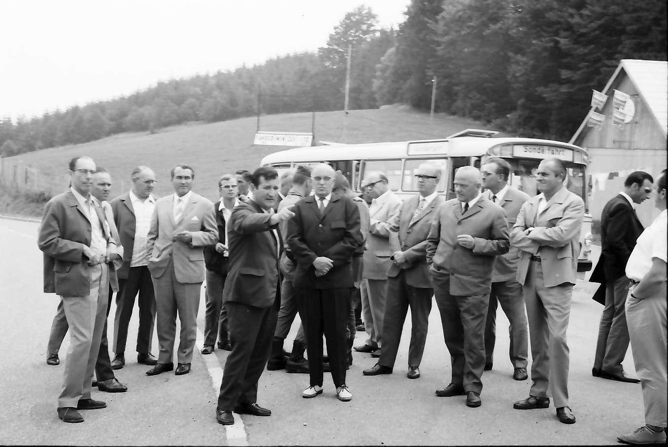 Glottertal: Adler; Landespressekonferenz mit Innenminister W. Krause, anlässlich der Zusammenführung von vier Gemeinden; Gruppe vor dem Gasthaus Adler, Bild 1