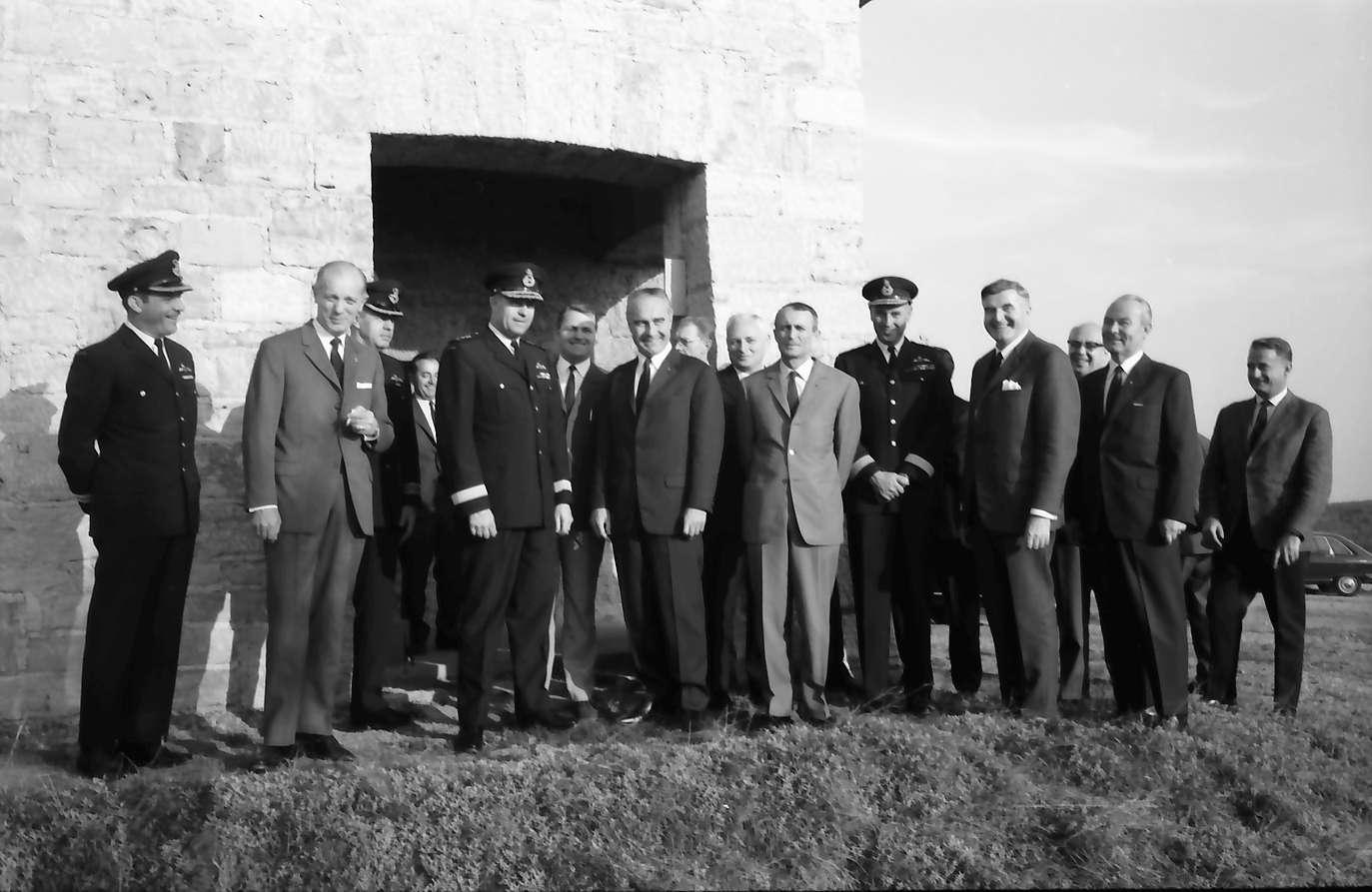 Ihringen; Blankenhornsberg: Kleines NATO Treffen; Gruppe vor dem Haus, Bild 1