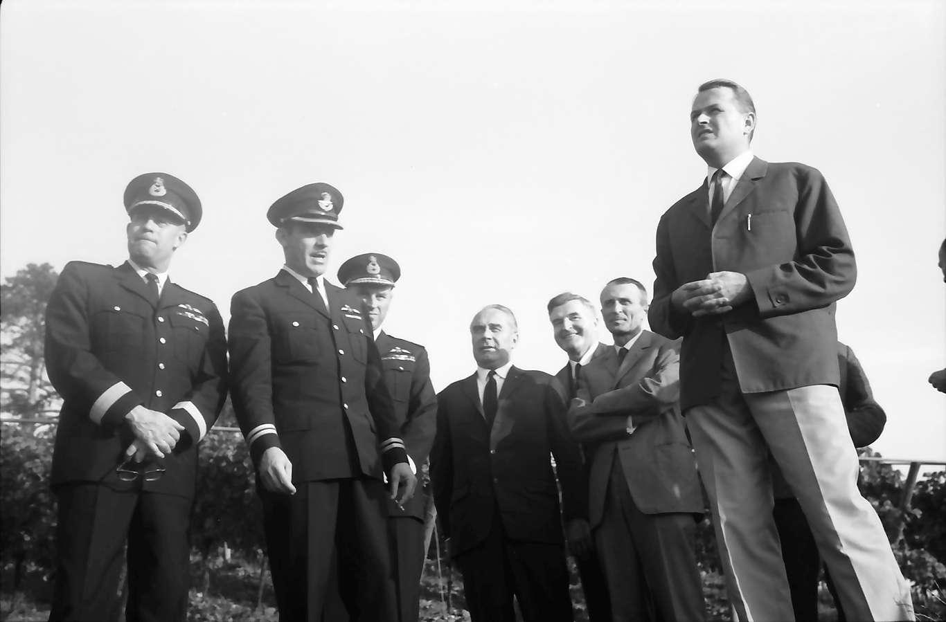 Ihringen; Blankenhornsberg: Kleines NATO Treffen; Gruppe bei der Weinbergbesichtigung, Bild 1