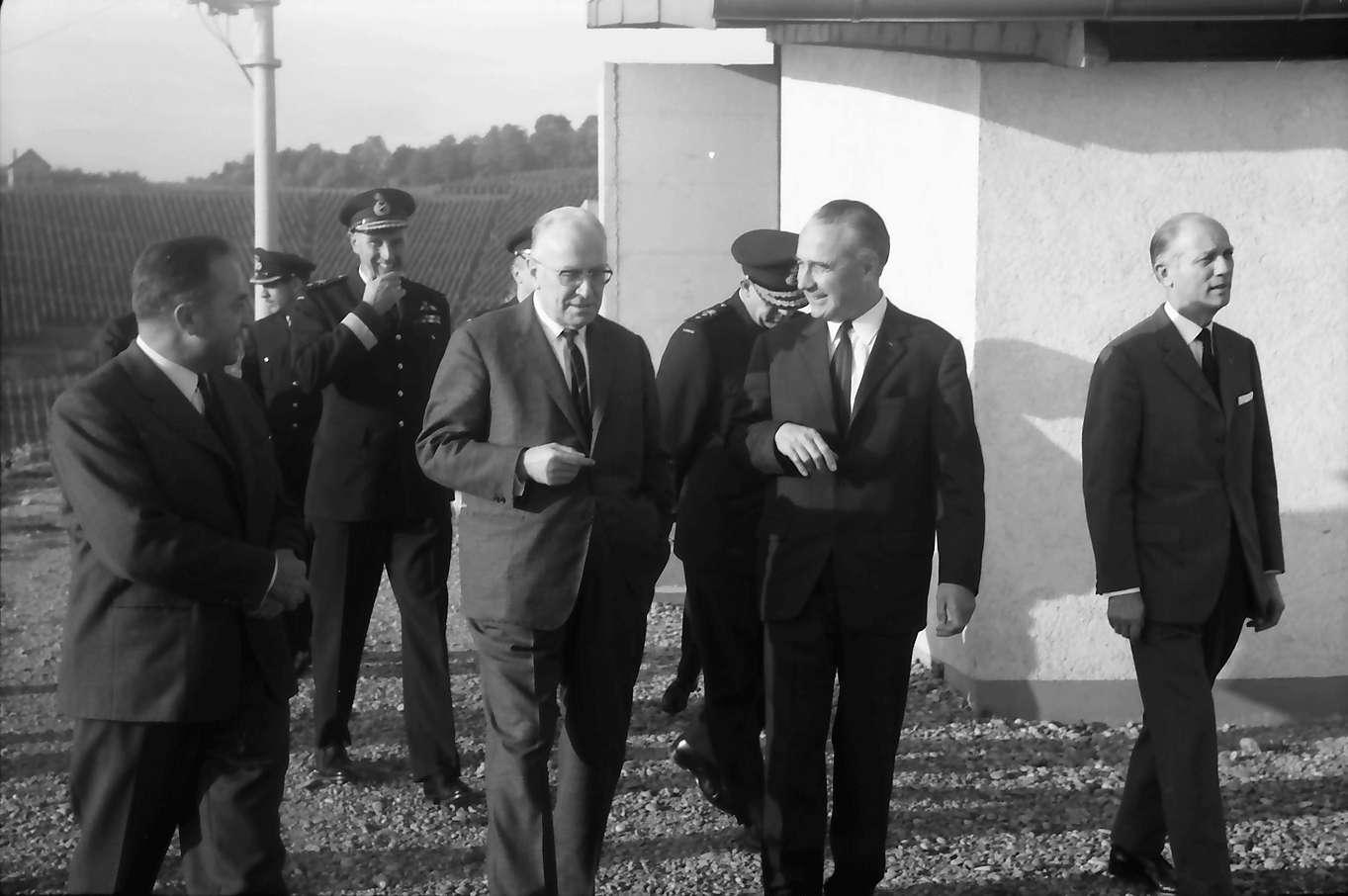 Ihringen; Blankenhornsberg: Kleines NATO Treffen; Gruppe mit Maire Rey, Bild 1