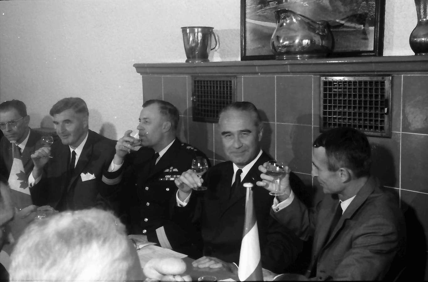 Ihringen; Blankenhornsberg: Kleines NATO Treffen; Gruppe bei Tisch (Weinprobe), Bild 1