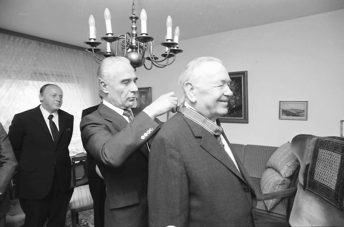 Freiburg: Wohnung Littenweiler; Regierungspräsident Person überreicht Bundesverdienstkreuz für Prof. Dr. Friedrich Walter Meyer, Freiburg, Bild 1