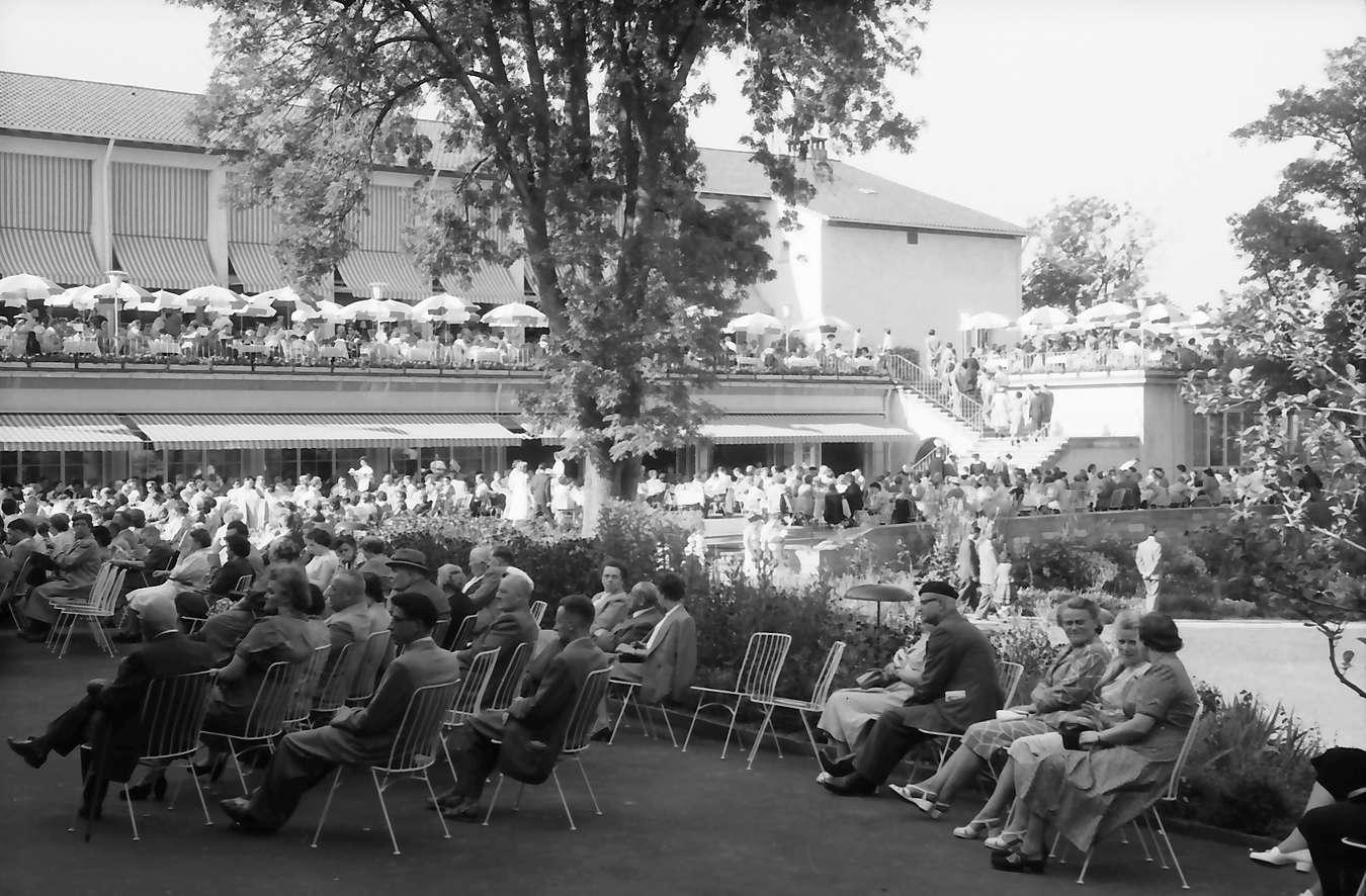 Freudenstadt: Kurgarten; Kurhaus und Zuhörer am Konzert, Vordergrund Zuhörer, Bild 1