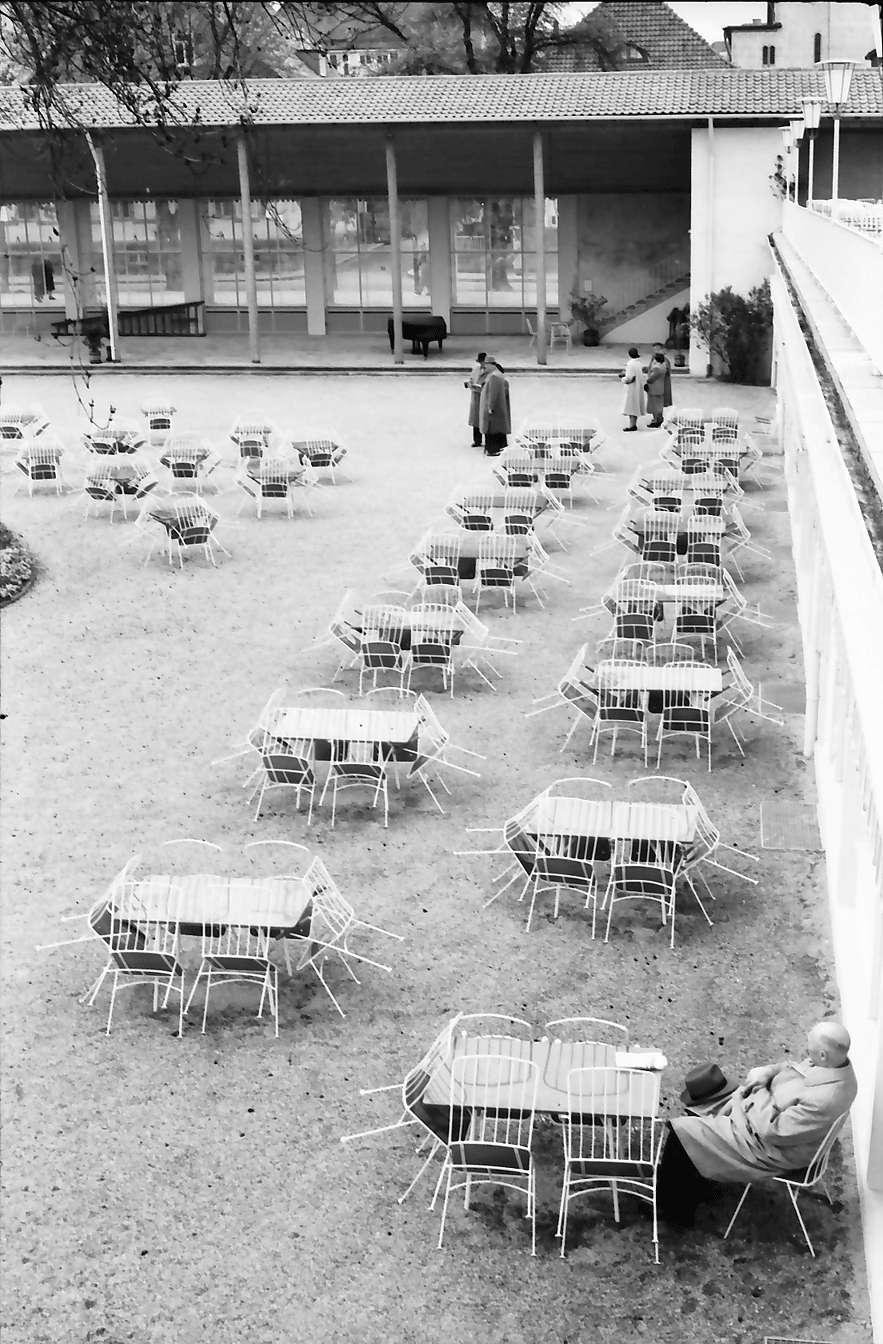 Freudenstadt: Kurhaus; Tische im Garten bei Regen, Bild 1
