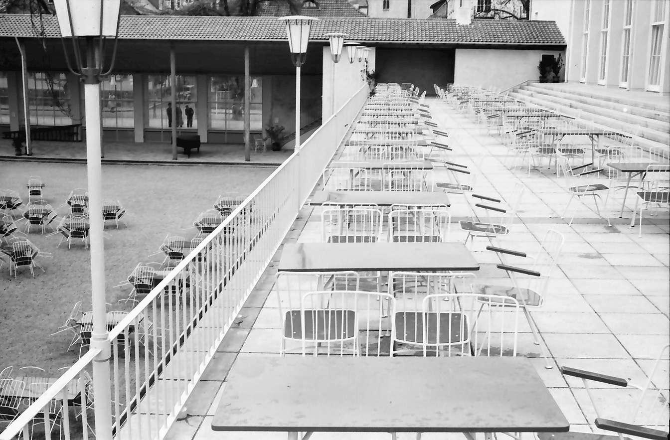 Freudenstadt: Kurhaus; Tische auf der Terrasse bei Regen, Bild 1