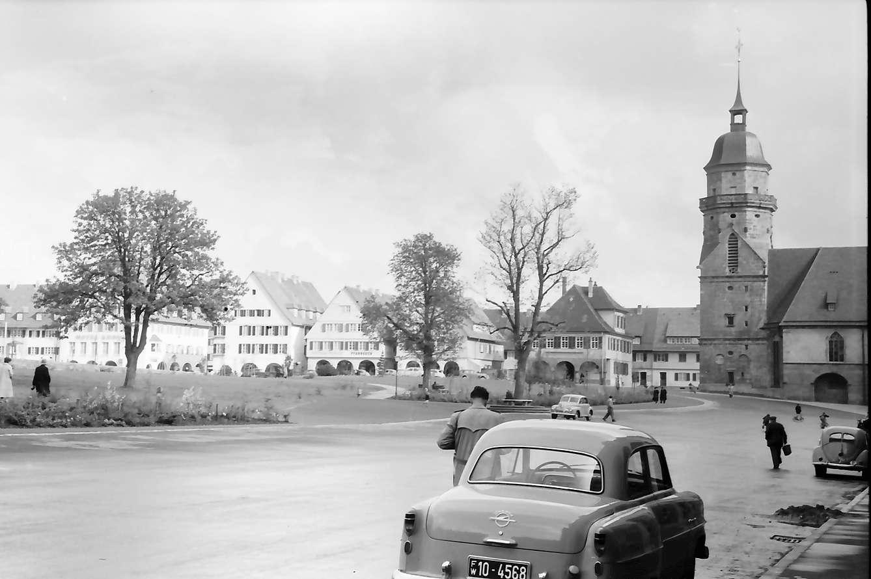 Freudenstadt: Ausblick aus den Kolonnaden vom Gasthaus Zum Ochsen auf Marktplatz, (ohne Bogen), rechts Kirche, Bild 1
