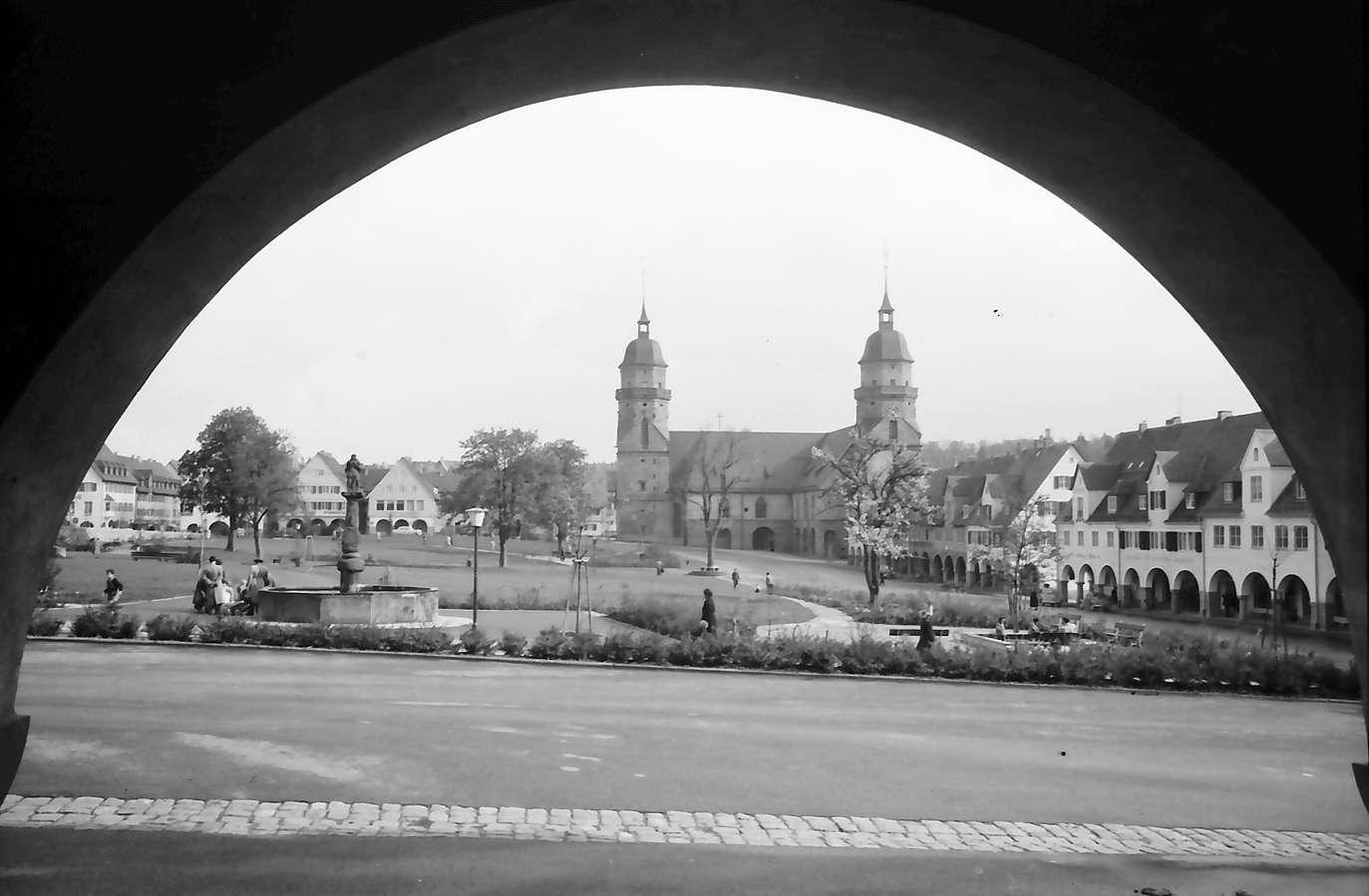 Freudenstadt: Ausblick durch Kolonnaden auf Marktplatz, Bild 1