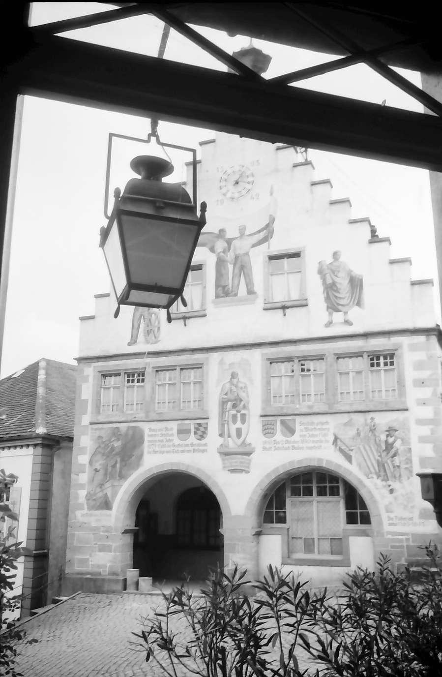Schiltach: Fassade des Rathauses (mit Laterne im Durchblick), Bild 1