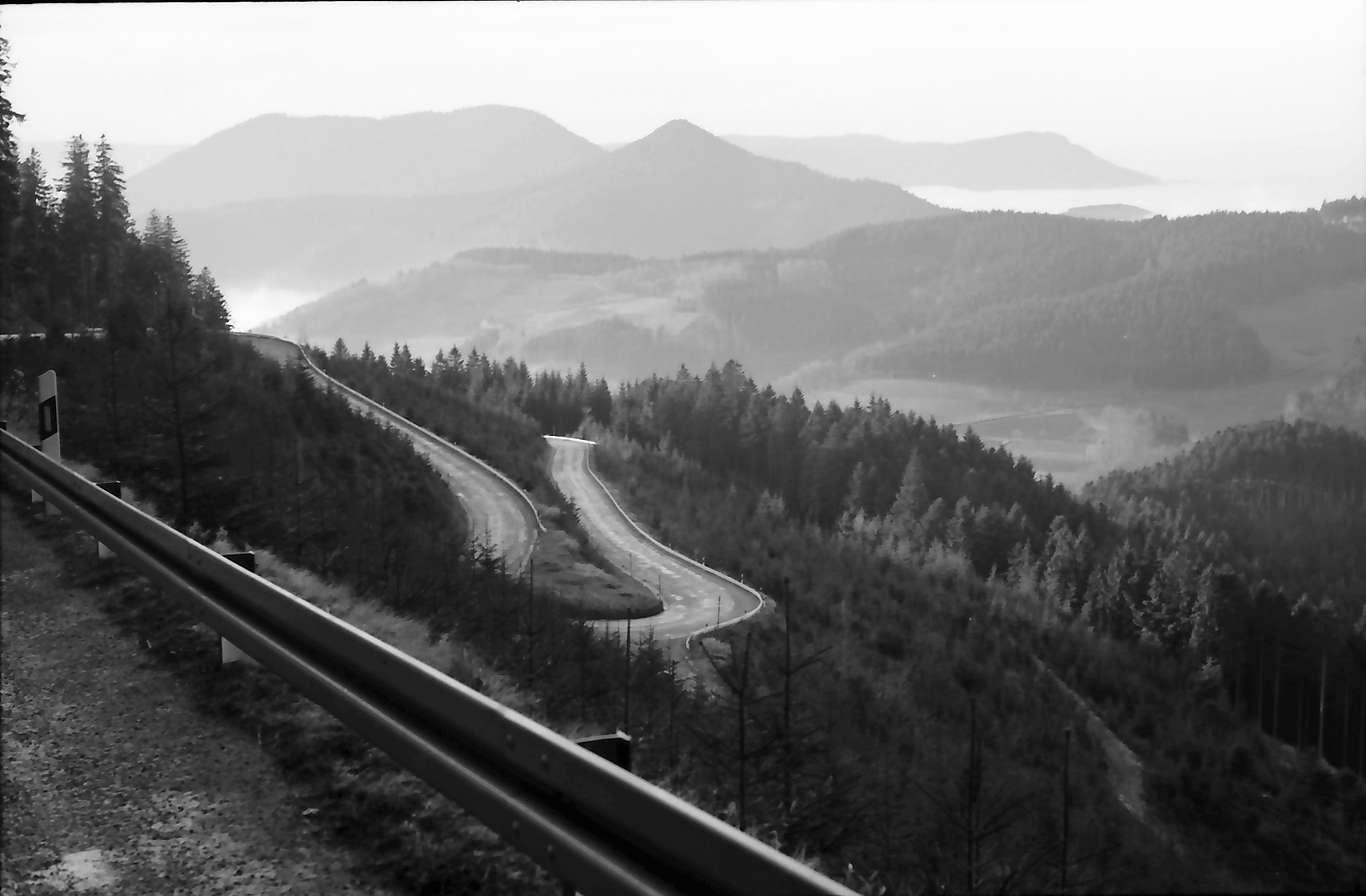 Bad Griesbach: Kurvenreiche Straße der B 28 mit Blick ins Tal bei Bad Griesbach, Bild 1