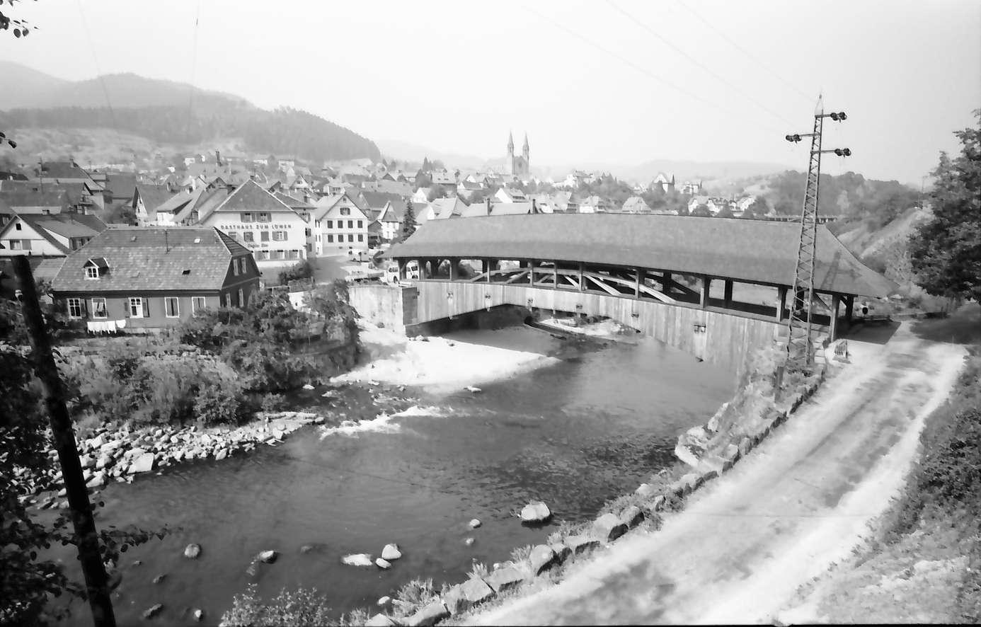 Forbach: Gesamtansicht des Ortes mit alter Holzbrücke über die Murg, mit E-Masten, Bild 1