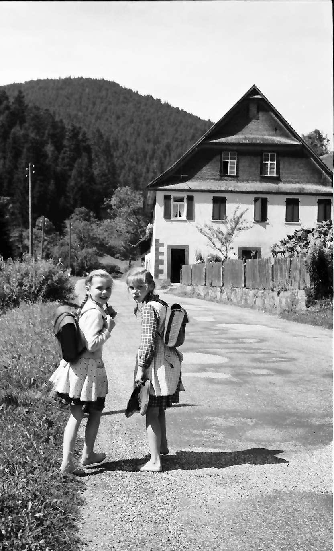 Schapbach: Zwei Schulkinder barfuß auf dem Schulweg bei Schapbach, Bild 1