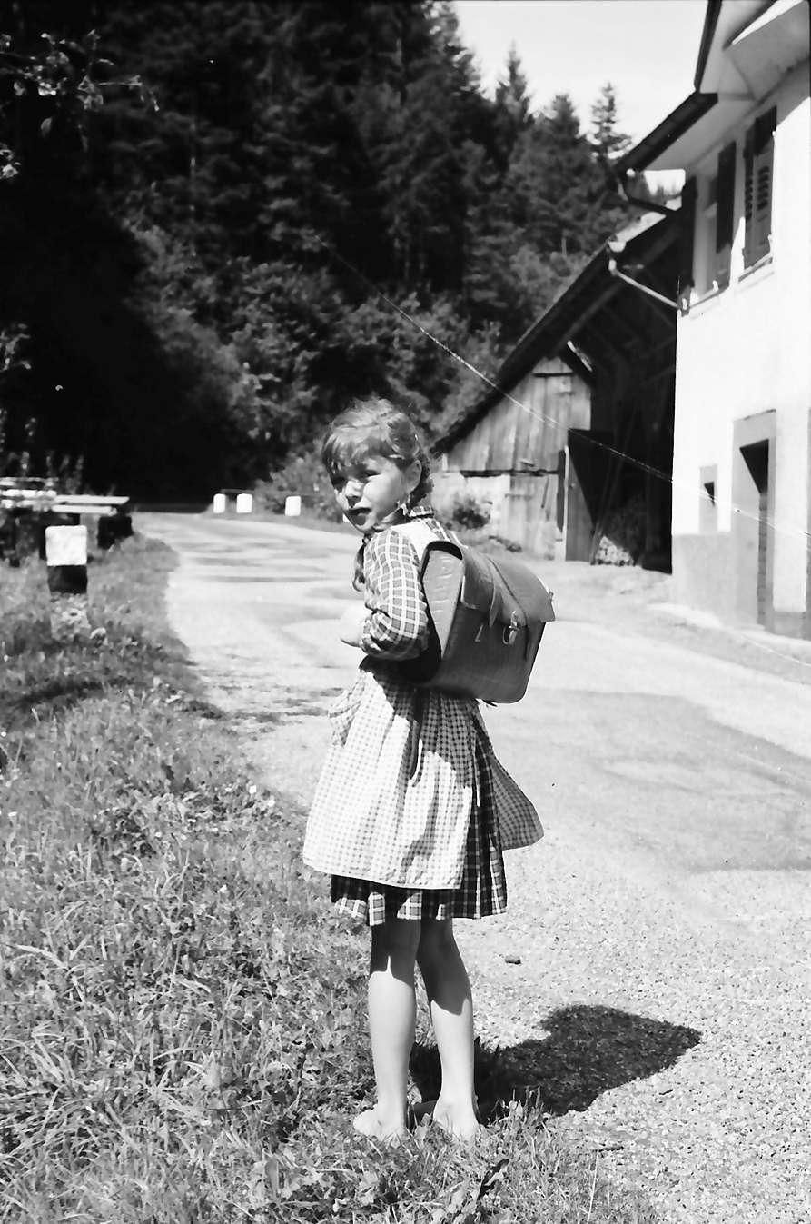 Schapbach: Ein Schulkind barfuß auf dem Schulweg bei Schapbach, Bild 1