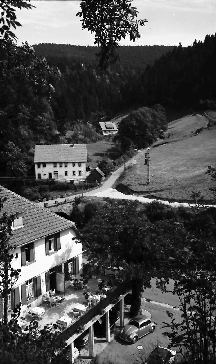 """Schapbach: Gasthof """"Zum letzten Gstehr"""", Blick von oben auf Terrasse, Bild 1"""