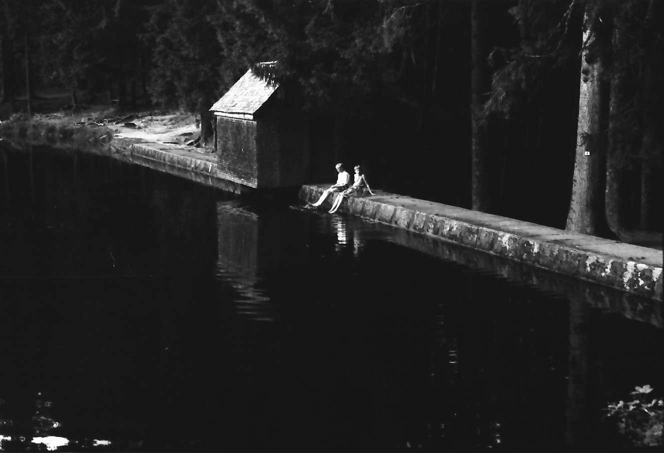 Schapbach: Glaswaldsee, Mauer am Seerand mit zwei Leuten, Bild 1
